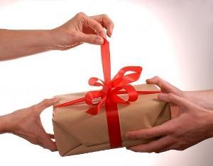 Даритель должен принять дар лично